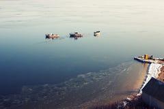 Alcune piccole navi nel mare vicino alla costa Fotografia Stock