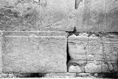 Alcune pietre antiche della parete lamentantesi in bianco e nero Fotografia Stock