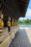 Alcune statue buddisti ad un tempio a Colombo fotografie stock