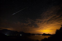 Alcune stelle nella notte con la bella montagna a Podgorica Fotografie Stock