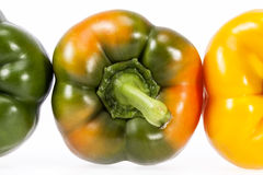 Alcune verdure di giallo e di peperone verde isolati su fondo bianco Fotografia Stock