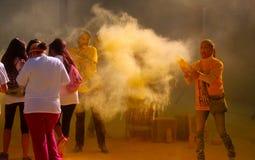 Alcuni corridori che sono coperti di polvere gialla in una corsa Fotografia Stock