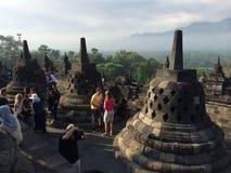 Alcuni dei 72 stupas openwork, ogni tenuta una statua di Buddha, tempio di Borobudur, Java centrale, Indonesia Fotografia Stock