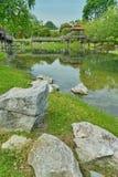 Alcuni di pietra vicino al lago Fotografie Stock
