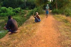 alcuni giovani anziani e che spendono insieme un certo tempo libero fotografia stock