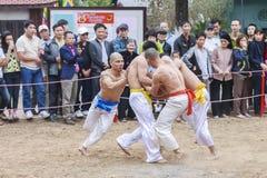 Alcuni giovani giocano con la palla di legno durante il nuovo anno lunare di festival a Hanoi, Vietnam il 27 gennaio 2016 Immagine Stock