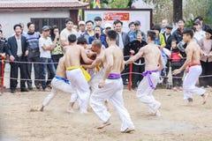 Alcuni giovani giocano con la palla di legno durante il nuovo anno lunare di festival a Hanoi, Vietnam il 27 gennaio 2016 Immagini Stock Libere da Diritti