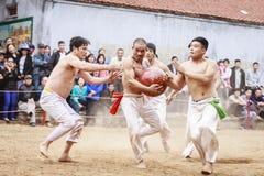 Alcuni giovani giocano con la palla di legno durante il nuovo anno lunare di festival a Hanoi, Vietnam il 27 gennaio 2016 Fotografia Stock