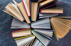 Alcuni libri sullo scrittorio sopra la lavagna immagine stock