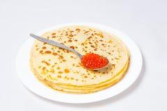 Alcuni pancake sulla zolla bianca Fotografia Stock