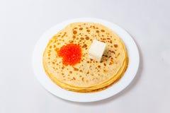 Alcuni pancake sulla zolla bianca Fotografia Stock Libera da Diritti