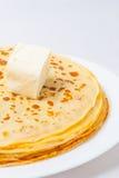 Alcuni pancake sulla zolla bianca Immagine Stock Libera da Diritti