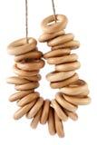 Alcuni pane-anelli che appendono sulla corda Immagini Stock Libere da Diritti
