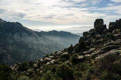 Alcuni scalatori alla cima stessa di una roccia arrotondata nel parco regionale di Pedriza della La, Madrid Fotografia Stock