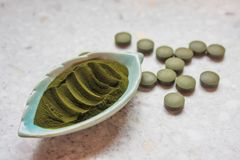 Alcuni supplementi verdi delle alghe della clorella immagini stock