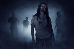 Alcuni zombie che camminano intorno immagine stock