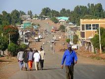 Aldeões estranhos que alcançam para em Aukel, Etiópia. Foto de Stock