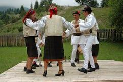 Aldeões que dançam na roupa tradicional Fotos de Stock Royalty Free