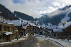 Aldea alpestre en invierno Foto de archivo