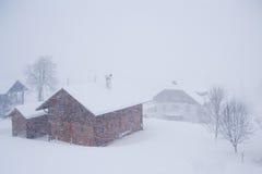 Aldea alpestre en la nieve Foto de archivo libre de regalías