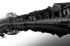 Aldea antigua china a lo largo de un río Foto de archivo libre de regalías