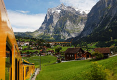 Aldea de Grindelwald en Berner Oberland Foto de archivo libre de regalías