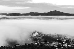 Aldea de hadas en el amanecer con la versión blanco y negro fotografía de archivo