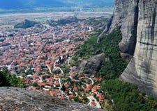 Aldea de Kalampaka, acantilados de Meteora, Grecia Imagen de archivo libre de regalías