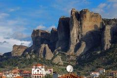 Aldea de Kastraki y montaña de Meteora Imagenes de archivo