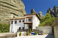 Aldea de Kastraki y montaña de Meteora, Grecia Foto de archivo