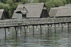 Aldea de la casa del zanco de la Edad de Piedra Fotos de archivo