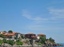 Aldea de la playa y cielo azul Imagenes de archivo