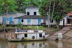 Aldea de los pescadores de Amazonia Imagenes de archivo