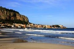Aldea de Mondello, playa y ondas del mar. Italia Fotografía de archivo libre de regalías