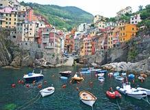 Aldea de Riomaggiore en el Cinque Terre, Italia imagenes de archivo