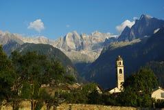 Aldea de Soglio con las montan@as y el glaciar de Sciora Imagen de archivo libre de regalías