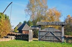 Aldea de Transylvanian con la puerta de madera fotos de archivo