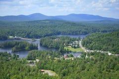 Aldea del lago largo en el parque de Adirondack, NY Fotografía de archivo libre de regalías