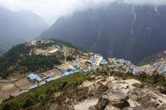 Aldea en altas montañas Imágenes de archivo libres de regalías