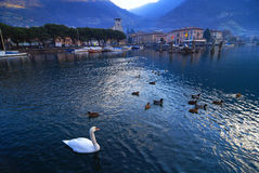 Aldea en el lago Iseo en Italia Imagen de archivo