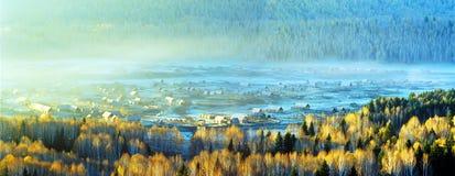 Aldea en el valle Imagen de archivo libre de regalías