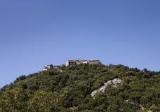 Aldea en la colina Foto de archivo libre de regalías