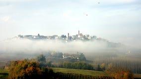 Aldea en la niebla Foto de archivo libre de regalías