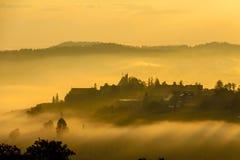 Aldea en la niebla Foto de archivo