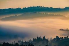 Aldea en la niebla Imagenes de archivo