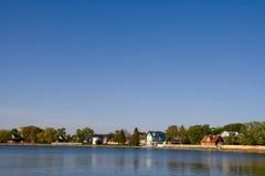 Aldea en la orilla del lago Imagenes de archivo