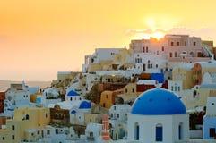 Aldea en la puesta del sol, isla de Santorini, Grecia de Oia Foto de archivo libre de regalías