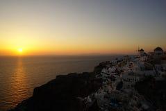 Aldea en la puesta del sol, isla de Santorini, Grecia de Oia Fotos de archivo