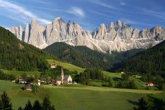 Aldea en las dolomías, Italia Imagen de archivo libre de regalías