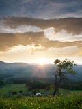 Aldea en las montañas, salida del sol. Fotografía de archivo libre de regalías